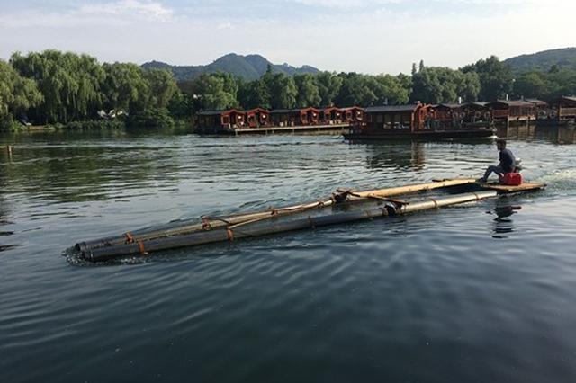 西湖上出现一艘形状奇特的船 是西湖保洁的新神器
