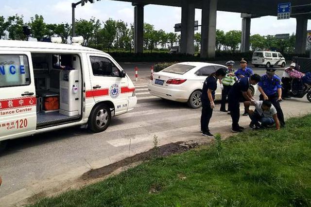 宁波一男子突发疾病晕倒路边 城管队员紧急救助
