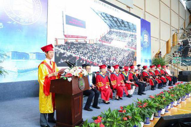 浙江1高校校长连续站立8小时 为毕业生颁发学位证书