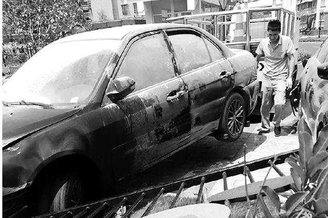 杭州1车主推车 车子突然发动往前蹿撞倒幼儿园围墙