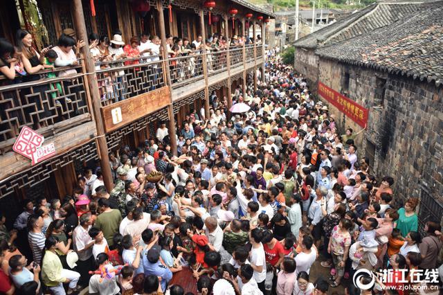 金华磐安千人宴迎端午 吸引上万名游客参与
