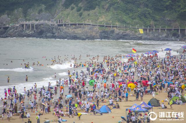 暑期未到 舟山海滨浴场已开启下饺子模式