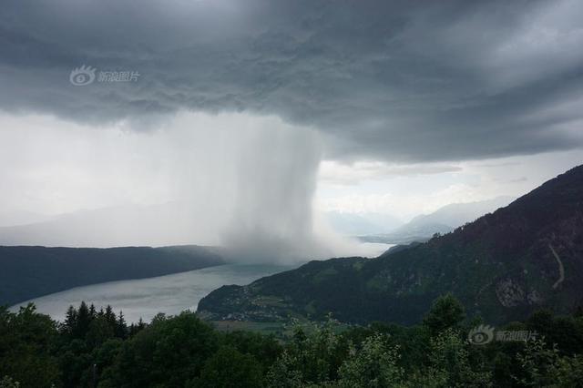 杭州暴雨来袭水漫金山 水都没到孩子大腿了(图)