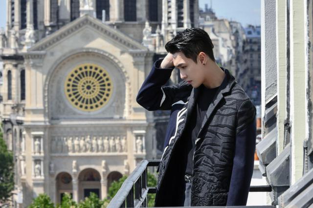 张艺兴亮相巴黎时装周 西装革履背头帅气英气出镜