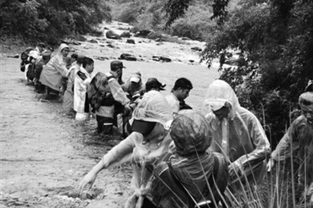 每周登山的杭驴友团挑战桐庐大奇山 2男14女深山迷路