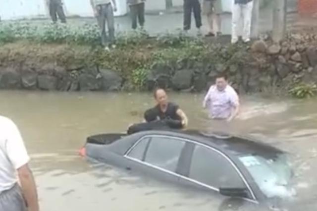 绍兴女司机油门当刹车倒进河里 村民下水救人母子