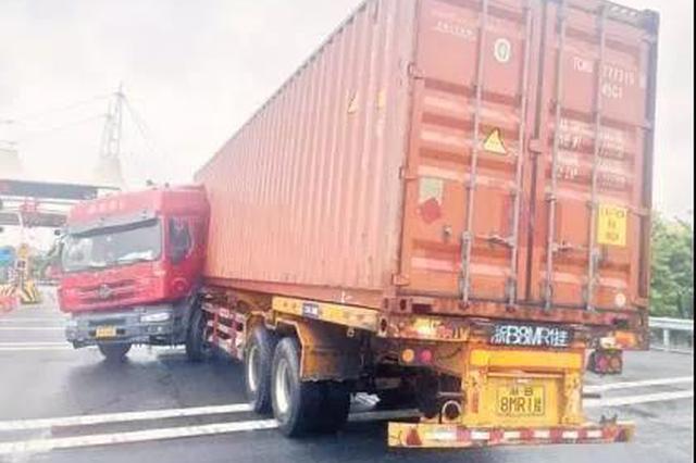 浙江1火车高速险些追尾 猛打方向盘车头撞上自己车厢