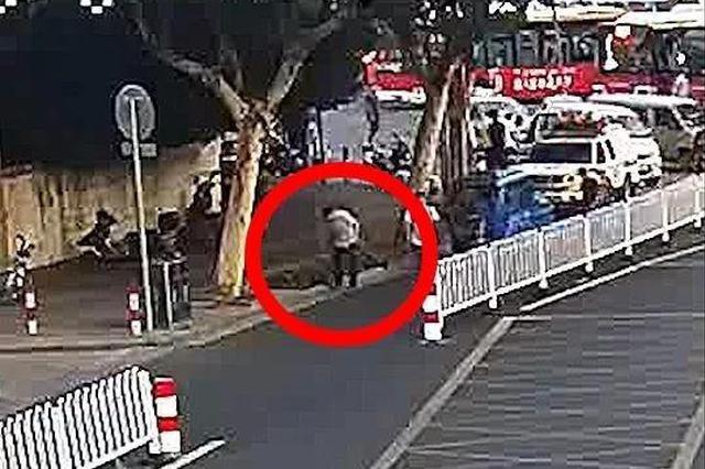 嘉兴一男子路过问交警哪里有药店 问完后瘫倒在地