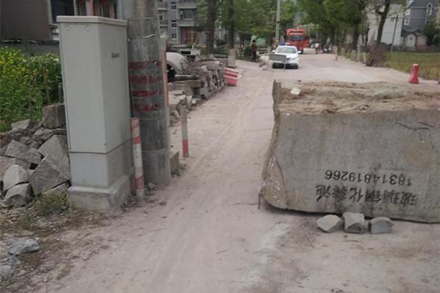 丽水男子用巨石围堵道路 被人搬离后殴打对方遭行拘