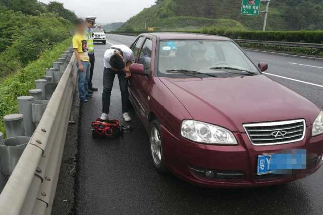 杭男子高速上修车被反锁车外 慌乱地在雨里逆向步行