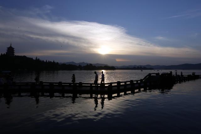 西湖景区成了摄影天堂 摄影爱好者拍雷峰夕照美景
