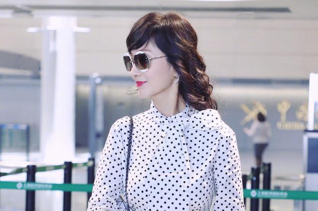 赵雅芝优雅亮相机场 打趣:波波点是我偶像的标志