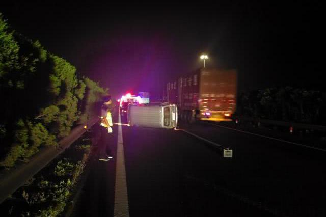 衢州1面包车高速爆胎后侧翻 乘客因一个举动仅受轻伤