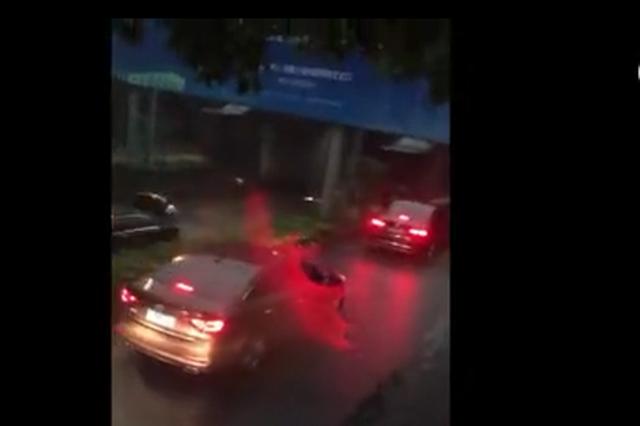暴雨车辆熄火 杭小伙从被淹车救出一家四口