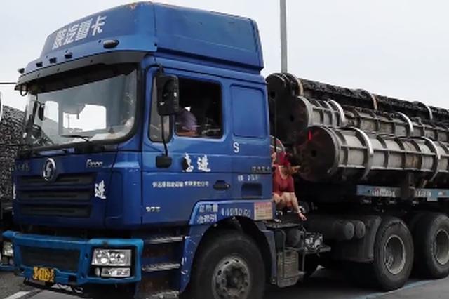 浙江高速1半挂车电瓶断电 司机让妻子搭线疯狂行驶