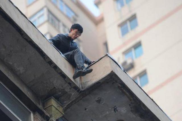 金华12岁男孩子凌晨要跳楼 民警劝说两小时救回