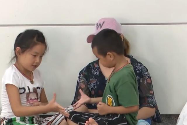 杭州酷暑难熬 外来务工者带孩子在地铁站蹭凉