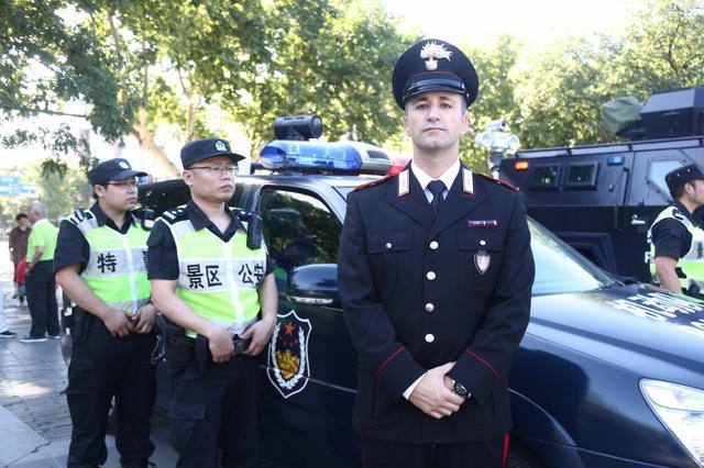 意大利警察来杭州西湖巡逻 游客直呼好帅