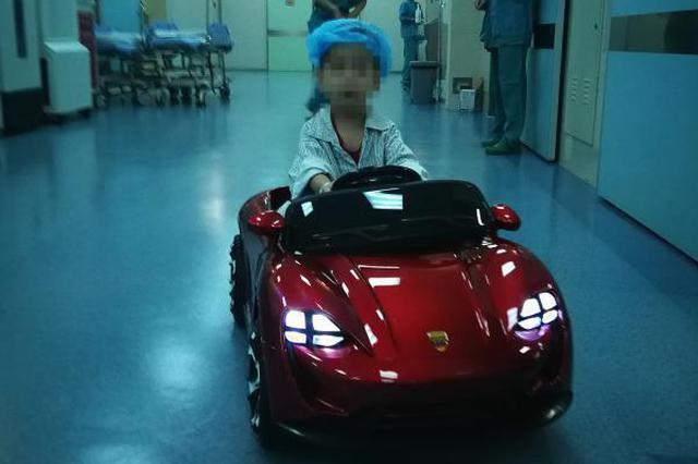 7岁小男孩要做手术 宁波一医院用上敞篷跑车接驾