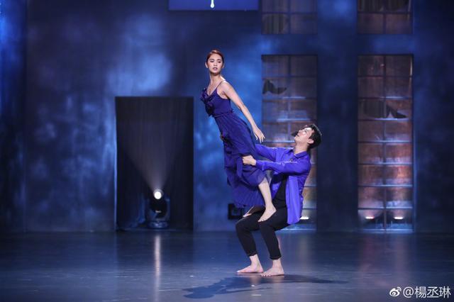 杨丞琳一袭蓝裙舞姿优美 动作到位秀高难度造型