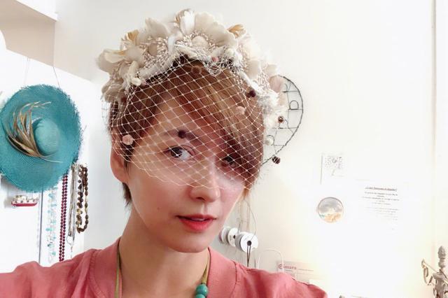 梁咏琪服饰店试帽子笑容甜美 风格多样现西班牙风情