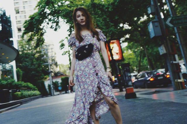 弦子晒和好闺蜜悠闲旅行照 碎花长裙飘扬清新似仙女