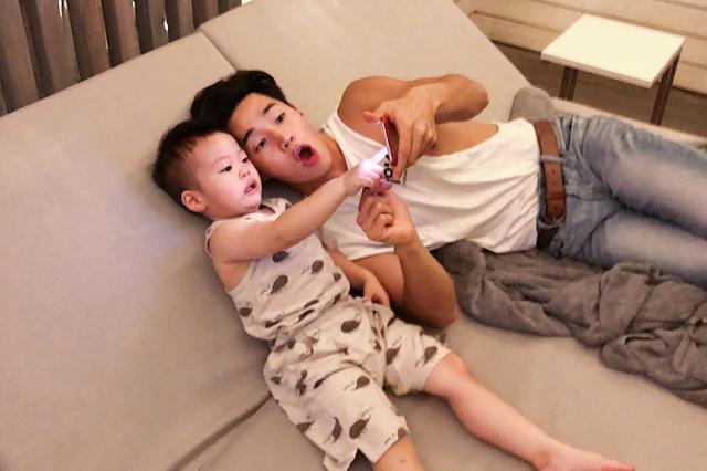 刘宪华和萌娃亲密看手机 网友赞其和宝宝一样可爱