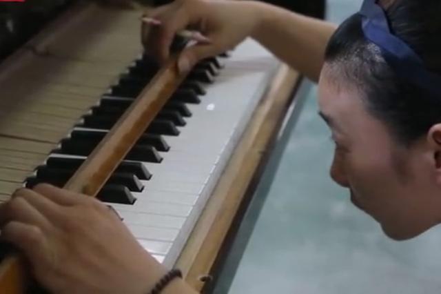 湖州水乡古镇洛舍 农民看着世界地图造钢琴