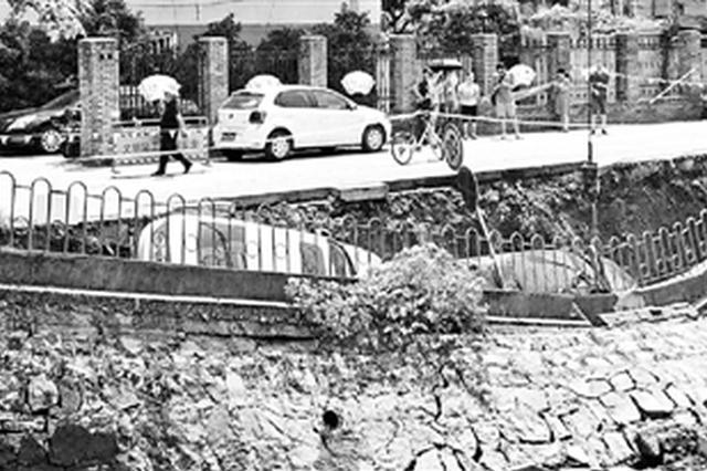 杭州西溪河10多米河堤坍塌 两辆轿车陷落(图)