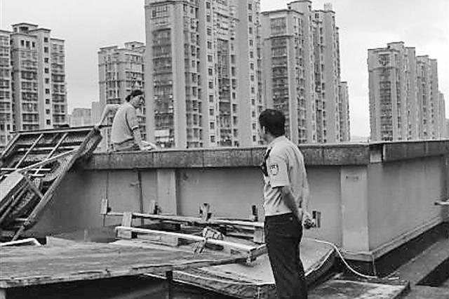 培训机构拒绝退学费 杭州1女子气愤爬上4楼天台