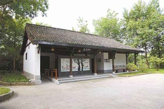 公厕脏乱差引发关注 杭州西湖景区开展厕所专项整治