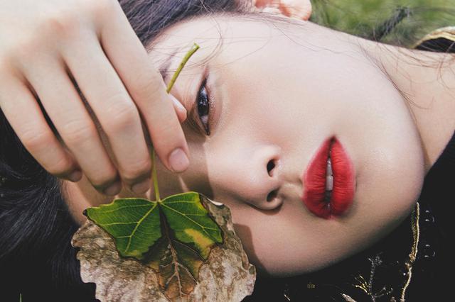 欧阳娜娜18岁成人礼大片 红唇西装大长腿魅力非凡