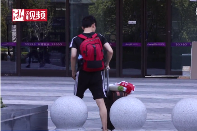 杭州一地铁站为防单车扎堆 用铁桶阵筑围进出需扭腰