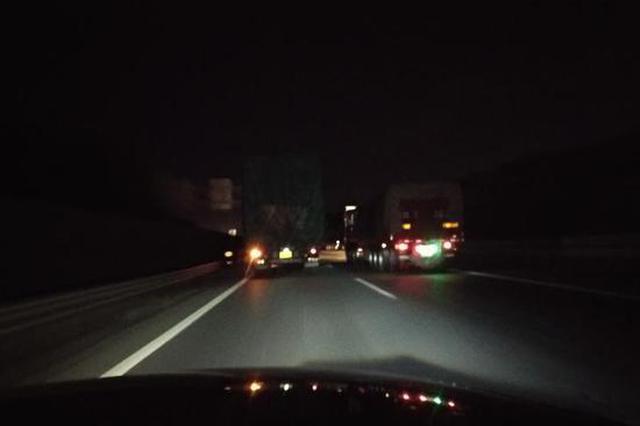 记者暗访杭州绕城高速 货车之间相互赶超险象环生
