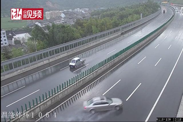 浙高速雨天路滑 宝马车路上漂移车头瞬间撞碎