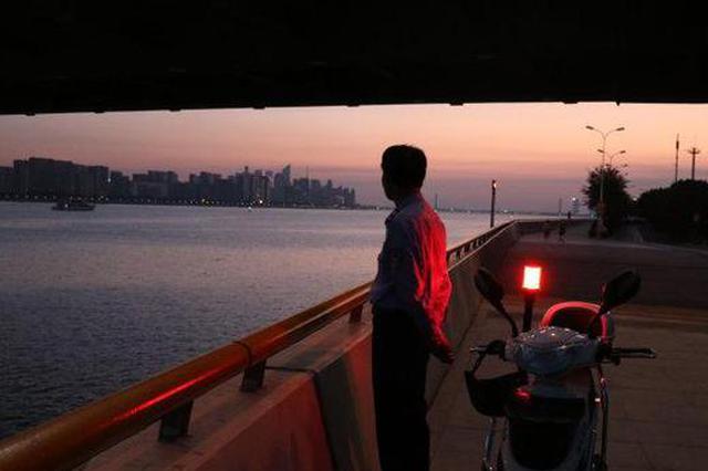 一晚跑了五六十公里 杭州钱塘江边有群喊潮人