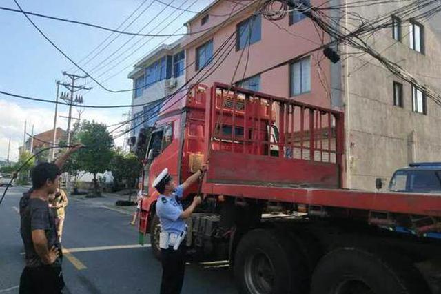杭州又现人肉电线杆 辅警托举电线70分钟保交通顺畅