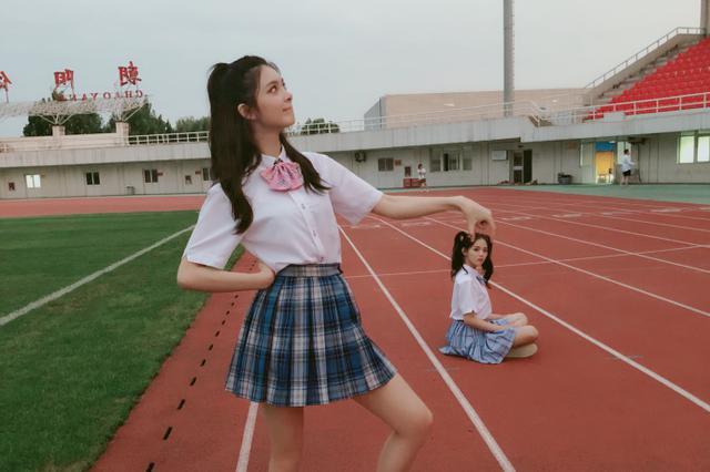 傅菁穿格子裙尽显学生范 捏头杨超越互动很调皮