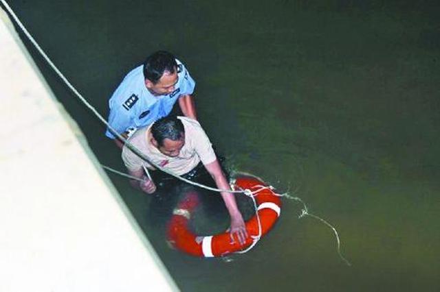 杭州男子醉酒后落水 获救后紧紧抱住民警致谢
