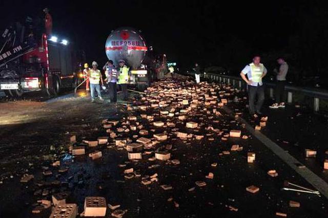 浙江高速上1油罐车追尾货车 一万多块红砖铺满高速