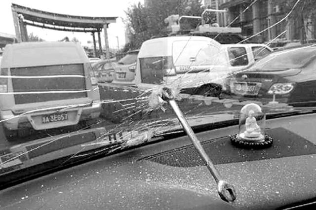 浙司机高速行车对向车道飞出铁板手 直接砸穿挡风玻璃
