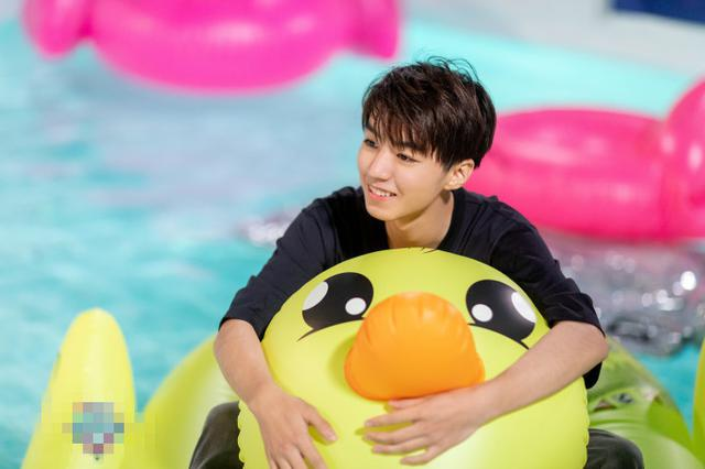 王俊凱騎小黃鴨泳池嬉戲 笑容燦爛少年感滿滿
