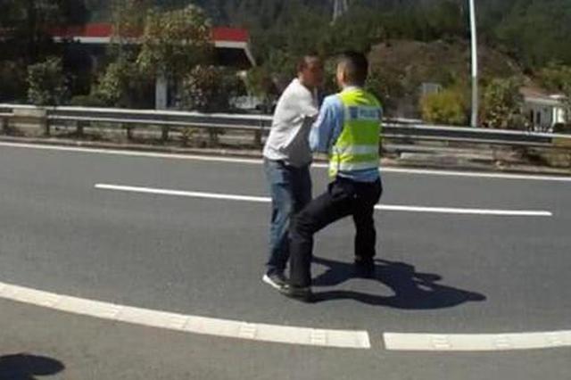 丽水1男子高速崩溃闹自杀 自扇耳光还往公路上跑