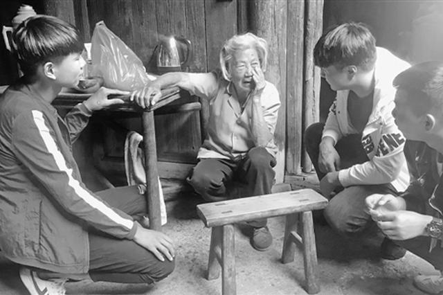 路遇老人受伤倒地 衢州三少年边拍视频边扶起老人
