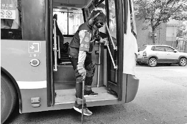 绑上沙袋穿上负重服 杭州公交司机体验老人乘车(图)