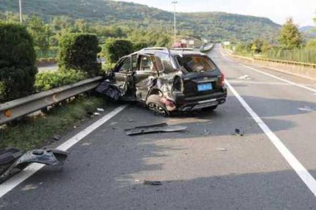 浙司机找手机车撞护栏 后座乘客未系安全带被甩出身亡