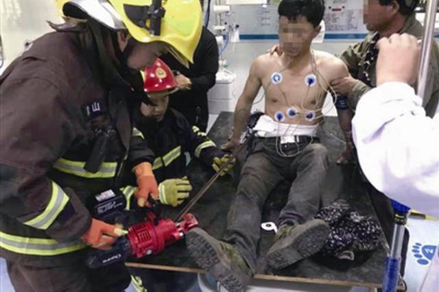宁波1工人操作不慎被钢筋刺入腹部 消防医生联手抢救