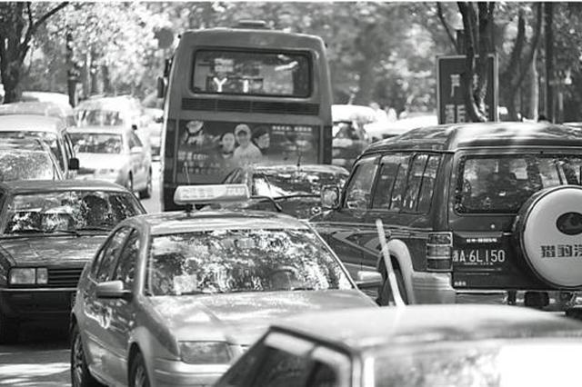 杭州北山街上黑车漫天要价 不仅堵路也堵心