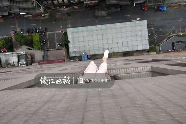 杭州女子坐15楼窗台欲寻短见 被消防员一脚踹回房间
