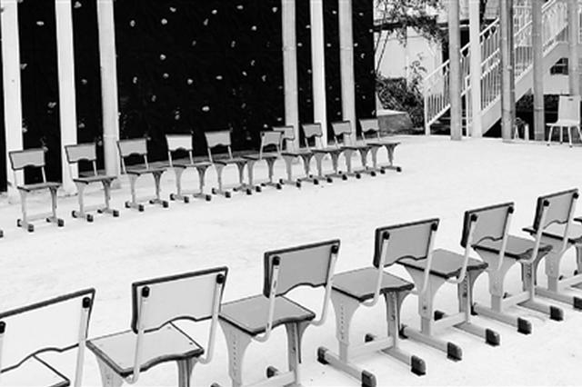 学校内部,连椅子都是五彩的。